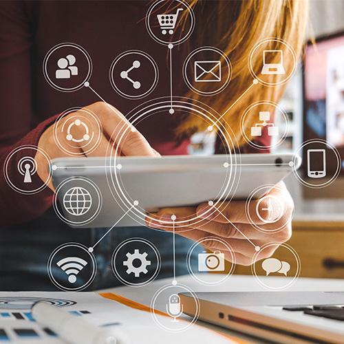 go digital: Frau am Tablet mit vielen digitalen Möglichkeiten