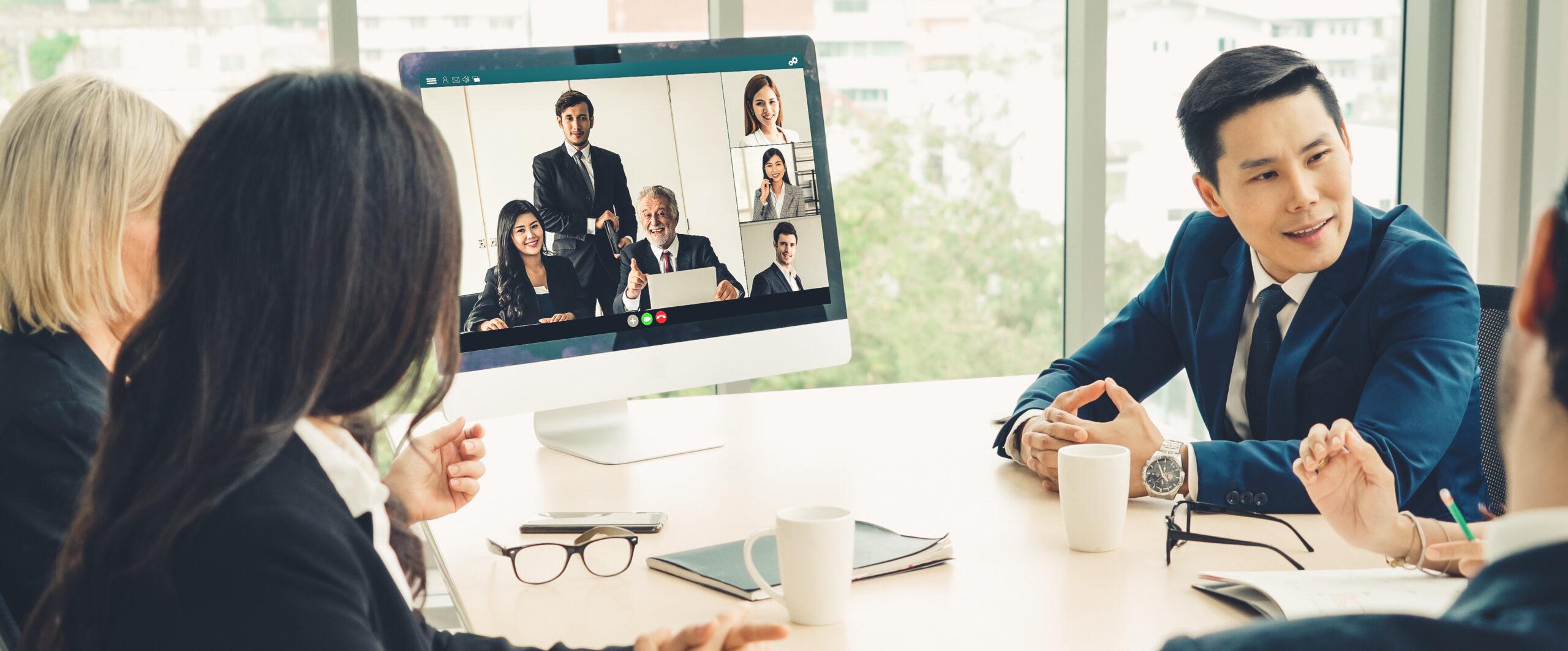 Vertrieb: Business-Meeting am Tisch und digital